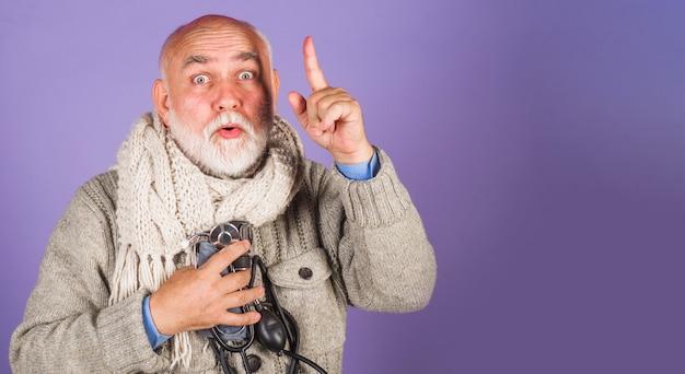 Homem com esfigmomanômetro verificando a pressão sanguínea arterial conceito de saúde e médico copiar espaço