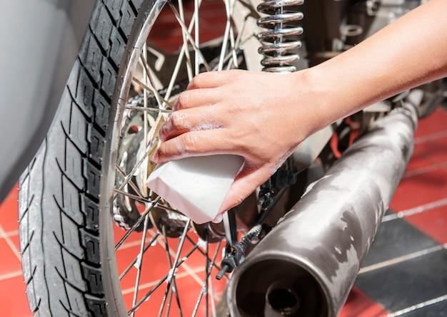 Homem, com, esponja, e, limpador, sabonetes, limpo, motocicleta