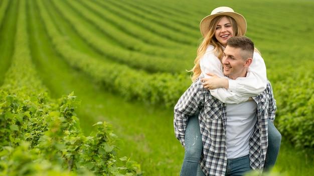 Homem com esposa em cavalinho