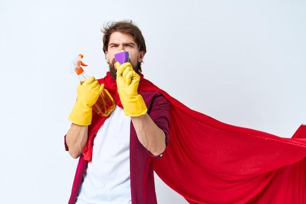 Homem com estilo de vida de entrega de serviço de trabalho doméstico de capa de chuva vermelha detergente.
