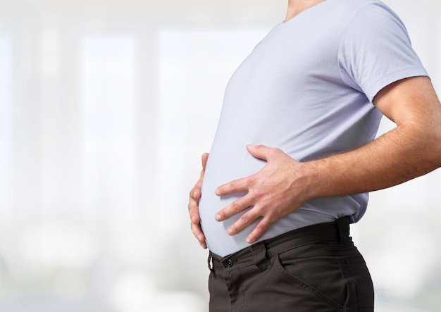 Homem com estômago gordo. perder o conceito de peso.