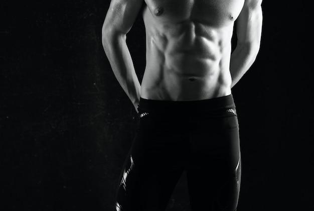 Homem com exercícios abdominais bombados motivação fundo escuro