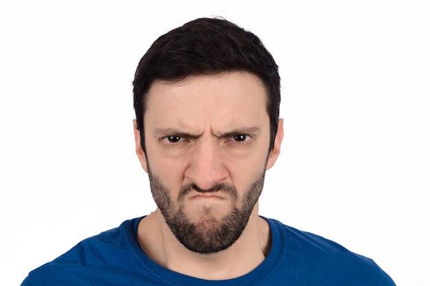 Homem com expressão de raiva.