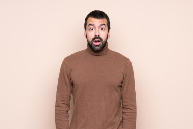 Homem com expressão facial de surpresa