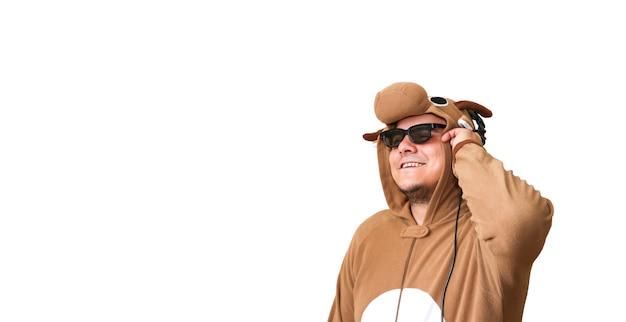 Homem com fantasia de cosplay de uma vaca, isolada no fundo branco. cara na roupa de dormir do pijama animal. foto engraçada com ideias de festa.