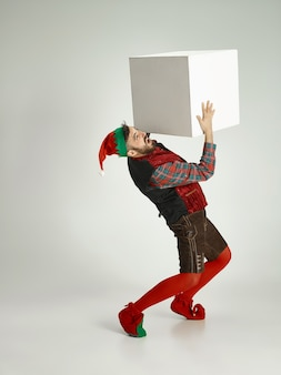 Homem com fantasia de elfo.
