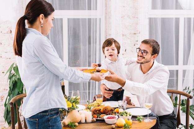 Homem, com, filho, levando, torta abóbora