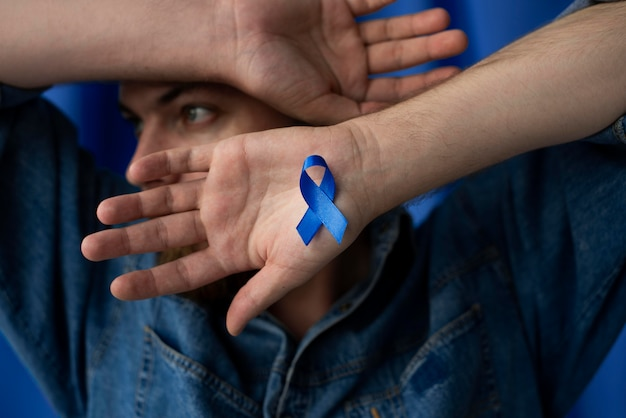 Homem com fita azul de novembro