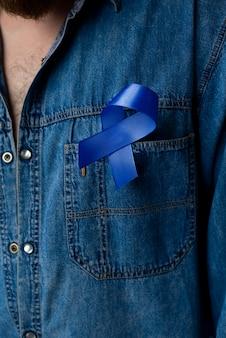 Homem com fita de câncer de próstata