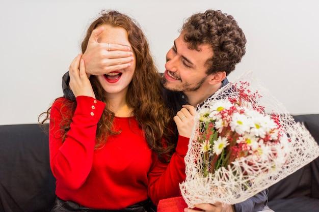 Homem, com, flores, buquet, coberta, olhos mulher