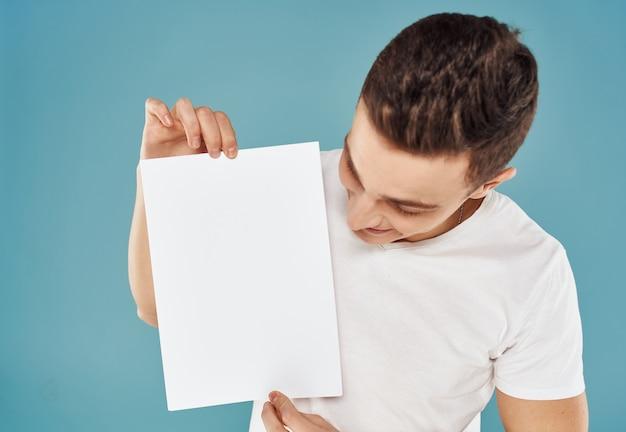 Homem com folha de papel branca maquete de fundo azul de pôster