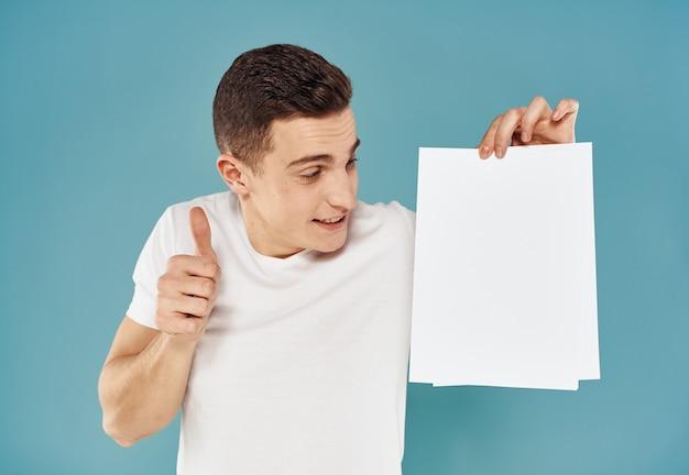 Homem com folha de papel branca pôster maquete de propaganda em branco