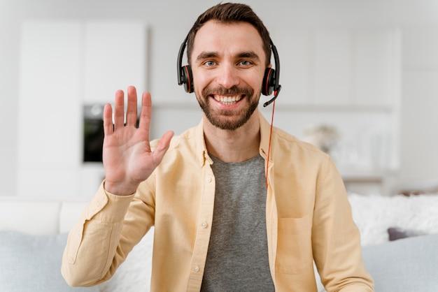 Homem com fone de ouvido para videochamada