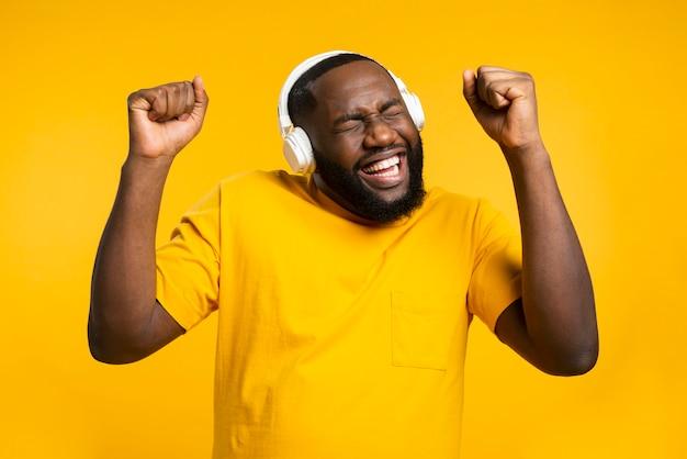 Homem com fones de ouvido dançando