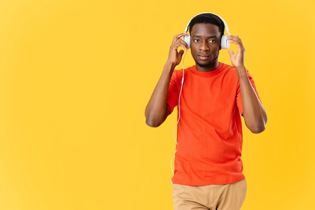 Homem com fones de ouvido, música, entretenimento, estilo de vida, amarelo, fundo