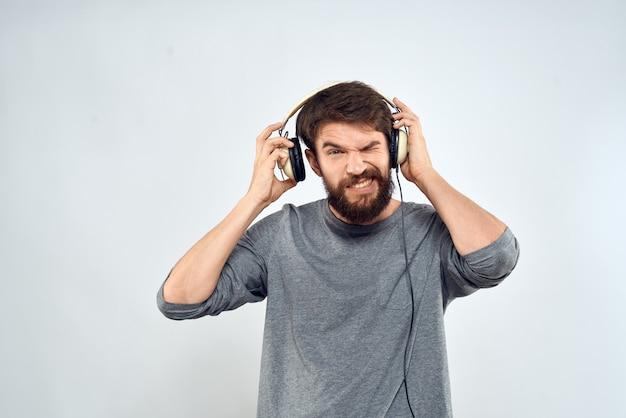 Homem com fones de ouvido ouve música