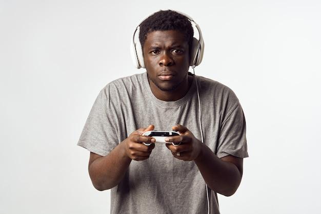 Homem com fones de ouvido ouvindo música, aparência africana, entretenimento