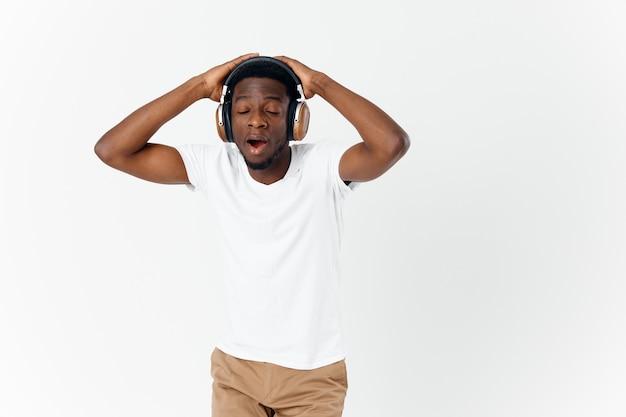 Homem com fones de ouvido, ouvindo música de olhos fechados, curtindo