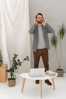 Homem com fones de ouvido ouvindo música