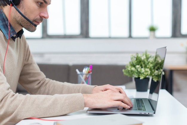 Homem com fones de ouvido, tendo um webinar