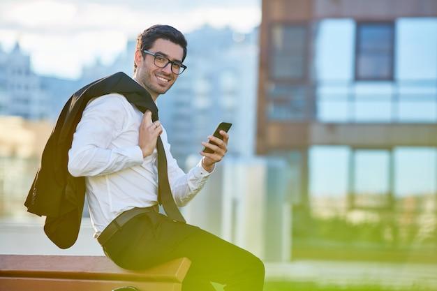 Homem com gadget