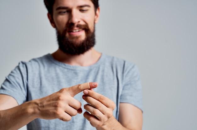 Homem com gesso no dedo, medicamento para tratamento de lesões
