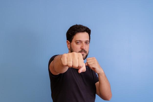 Homem com gesto de luta em azul
