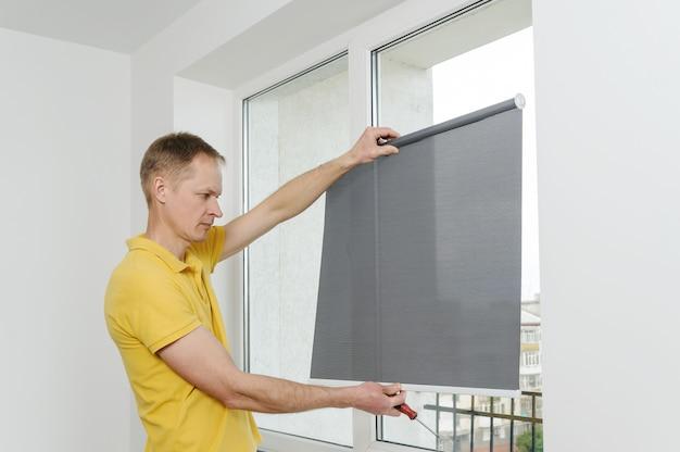 Homem com janela cega.