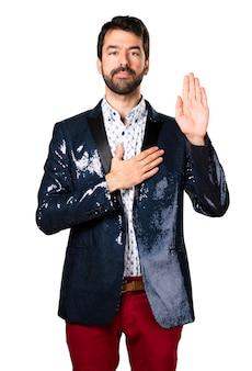 Homem com jaqueta fazendo um juramento