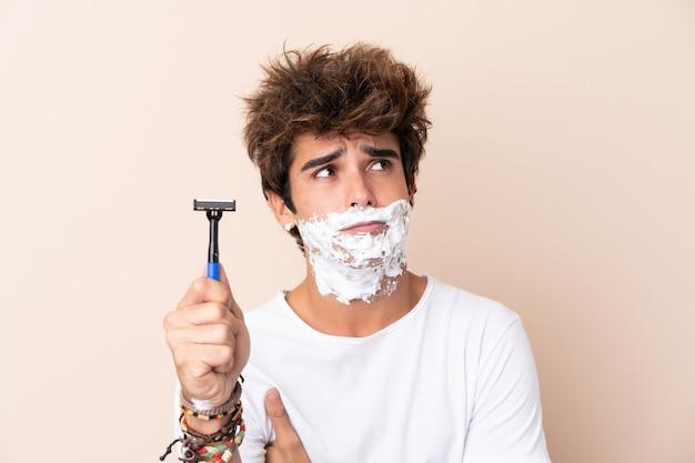 Homem com lâmina de barbear
