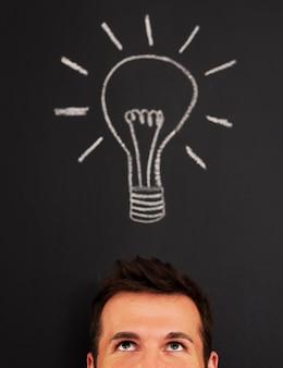 Homem com lâmpada acima da cabeça