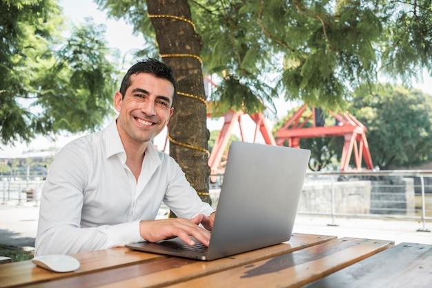 Homem, com, laptop, ao ar livre