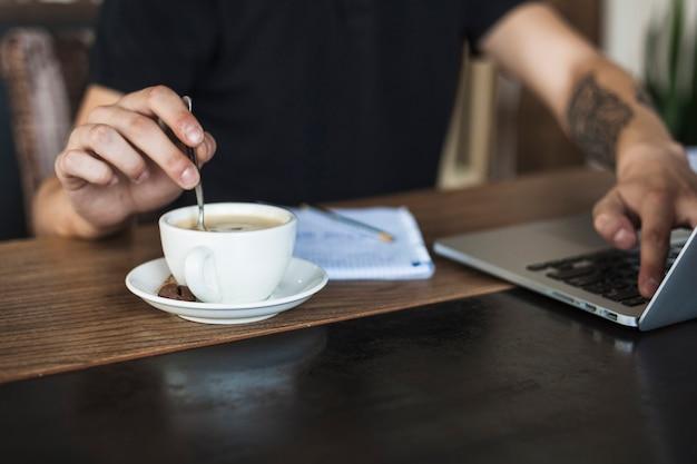 Homem, com, laptop, e, café, tabela