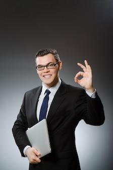 Homem, com, laptop, e, polegares cima