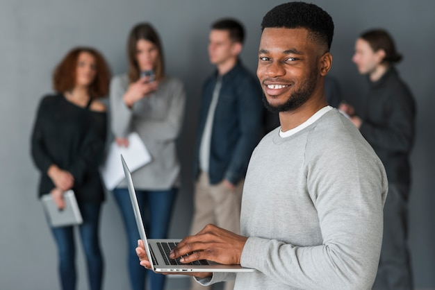 Homem, com, laptop, frente, pessoas