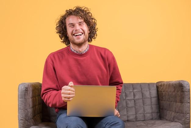 Homem, com, laptop, ligado, sofá