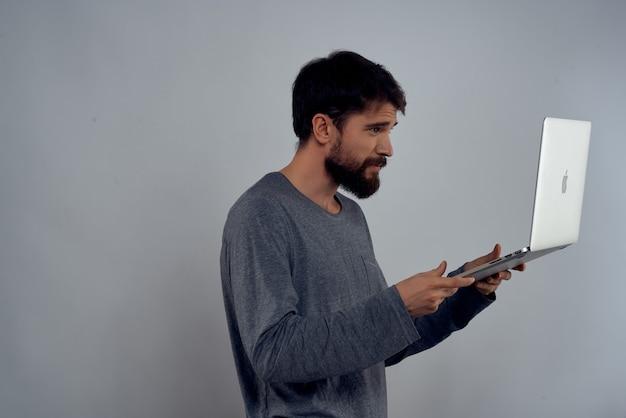 Homem com laptop nas mãos, tecnologia, negócios, internet, comunicação