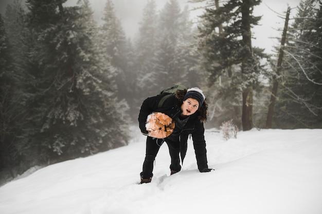 Homem, com, lenha, andar, ligado, neve