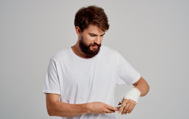 Homem com lesão no braço enfaixado - problema de saúde
