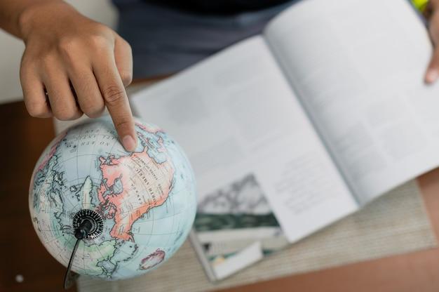 Homem com livro planejamento férias em foco seletivo, reservas de bilhetes, viagens e férias conceito
