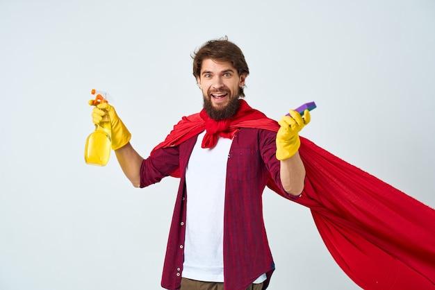 Homem com luvas de borracha de capa de chuva vermelha, limpeza de dever de casa profissional.