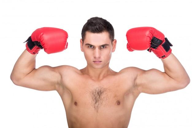 Homem com luvas de boxe está posando