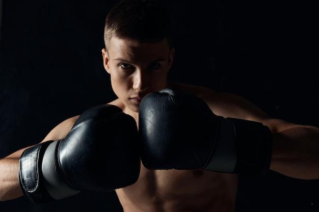 Homem com luvas de boxe treinado fisiculturista de torso
