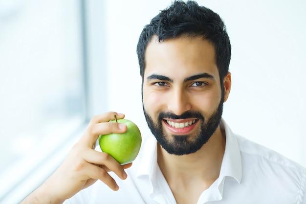 Homem com maçã