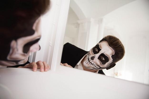Homem com make-up halloween. desenhando um vampiro, esqueleto