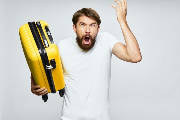 Homem com mala amarela emoções férias viagem bagagem passageiro estilo de vida