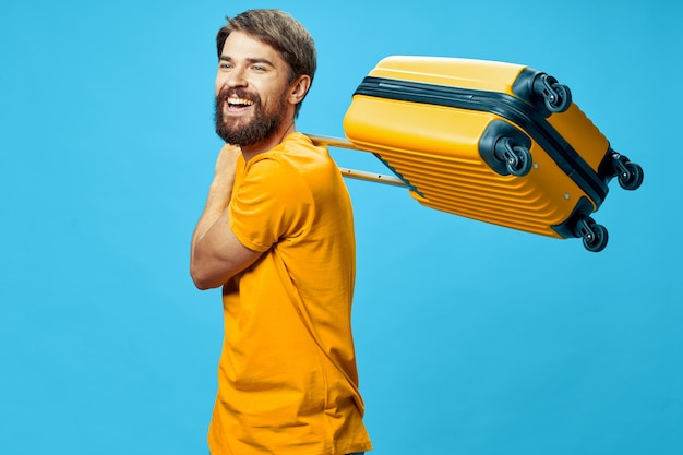 Homem com mala amarela passageiro passaporte internacional bagagem azul