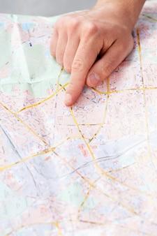 Homem com mapa da cidade
