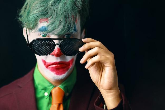 Homem com maquiagem de palhaço