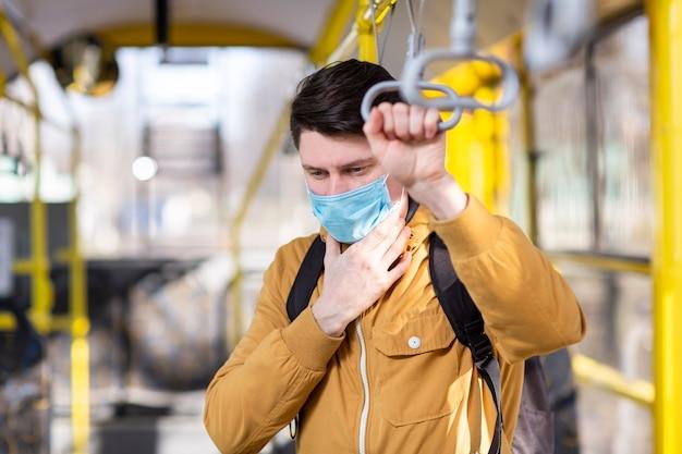 Homem com máscara cirúrgica no transporte público